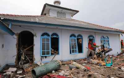 Indonesia tsunami: Grim search for survivors continues