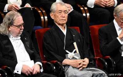 Nobel Prize Winner Forgoes Strict Dress Code & Wears Traditional Japanese Hakama
